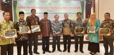 MS Aceh Ganjar Piagam Penghargaan Kepada Satker Yang Berprestasi | (17/2)